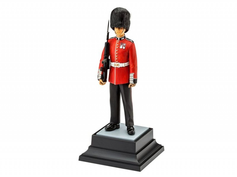 2800 Revell Queen\s Guard